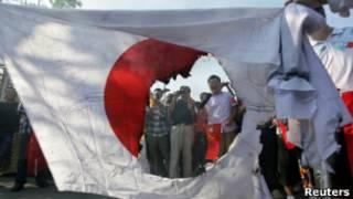 КНР: протестующие поджигают японский флаг