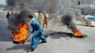 Протестующие в пакистанском городе Равалпинди жгут автомобильные покрышки