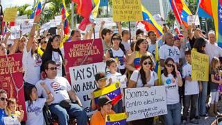 Protesta por el cierre del consulado de Miami