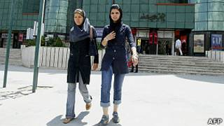 امرأتان شابتان إيرانيتان