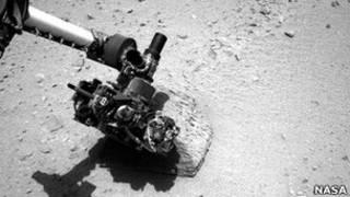"""Марсоход """"Кьюриосити"""" изучает камень"""