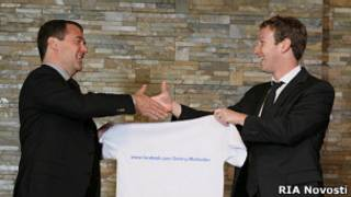 Цукерберг вручает Медведеву футболку