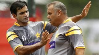 पाकिस्तान के कोच डेव व्हाटमोर के साथ कप्तान मोहम्मद हफीज़
