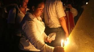 Niña encendiendo una vela