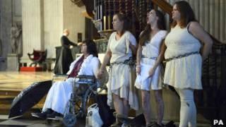 Женщины, приковавшие себя к балюстраде в соборе Святого Павла