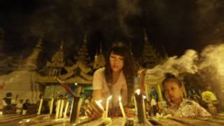 ရွှေတိဂုံ စေတီတော်အား ဆီမီး ပူဇော်နေစဉ်