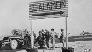 Британские солдаты возле указателя на Эль-Аламейн.