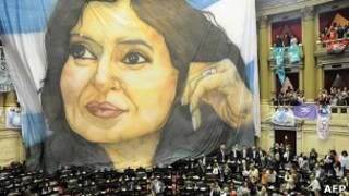 Транспарант с изображением президента Аргентины Кристины Фернандес в здании парламента страны