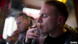 Курильщик в амстердамском кофешопе