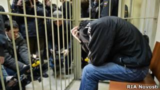 Арестованный Александр Власенко в клетке в зале суда
