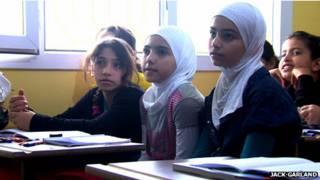 Un grupo de niños atiende a las clases que su profesora imparte en sirio. El gobierno turco quiere que estas escuelas funcionen adentro de los campamentos.