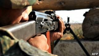 Un soldado de Nagorno Karabaj apunta su arma hacia la frontera con Azerbaiyán. (Foto del 25 de octubre de 2012.)