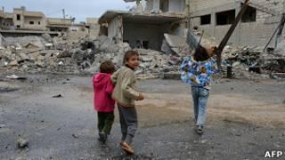 Сирийские дети на фоне руин