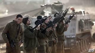 Израильские солдаты стреляют в воздух