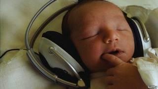 Bebé con audífonos