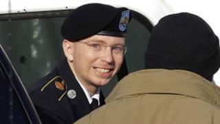 Bradely Manning na sauka daga motar jami'an tsaro