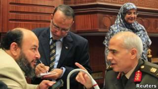 Член военного совета беседует с членом конституционной ассамблеи Египта 29 ноября 2012 года