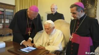 Папа римский с айпадом