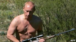 Владимир Путин с винтовкой