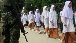 Militer mengawal parade siswa sekolah di Thailand