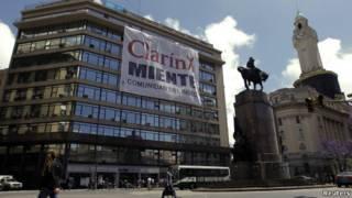 Pancarta contra Clarin en Buenos Aires
