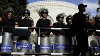Des policiers anti-émeute devant le palais présidentiel