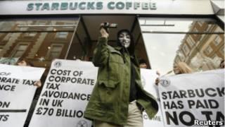 Протестующие в маске около кофейни Старбакс