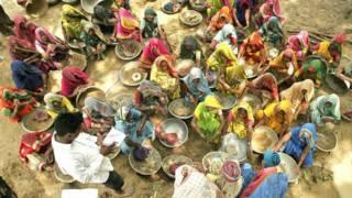 नरेगा के तहत काम करने वाली ग्रामीण महिलाएँ