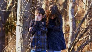 सैंडी हुक स्कूल में हुई घटना के दौरान डरे हुए दो बच्चे