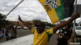 Делегат 53-го съезда правящей партии АНК в ЮАР перед открытием саммита