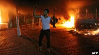 Вооруженный мужчина у здания консульства США в Бенгази 11 сентября 2012 года