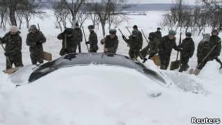 Военнослужащие МЧС Украины откапывают машину из-под снега (17 декабря 2012 года)