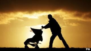 Мужчина с детской коляской