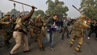 Polisi memukul para pengunjuk rasa