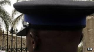 Полицейский, сфотографированный со спины
