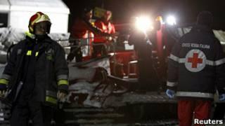 Спасатели на месте трагедии в итальянских Альпах