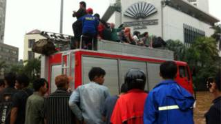 Warga dan mobil pemadam kebakaran