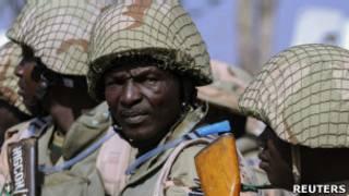 Des soldats nigerians attendant leur embarquement à Kaduna