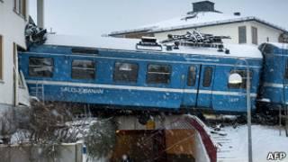Поезд, врезавшийся в жилой дом