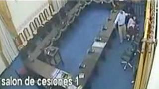 Escena del video captado por las cámaras de seguridad de la sede parlamentaria