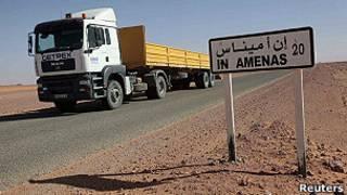 Cartel en el desierto argelino