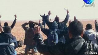 Imagen de la televisión argelina mostrando a los rehenes en la planta de gas