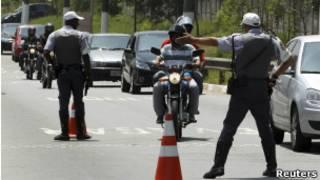 Полиция досматривает мотоциклы в Сан-Паулу