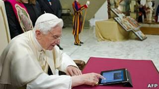 Paus mengirim pesan Twitter