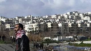 सीरिया के एल्लपो शहर में मारे गए लोगों के शवों के पास खड़ा एक व्यक्ति