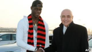ماريو بالوتيلي يصافح مدير نادي ميلان أدريانو غالياني