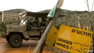 Soldados israelís patrullan la frontera de Líbano
