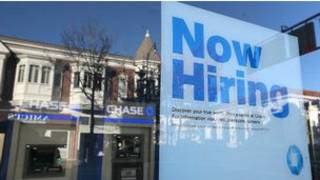 Cartaz anuncia empregos nos EUA