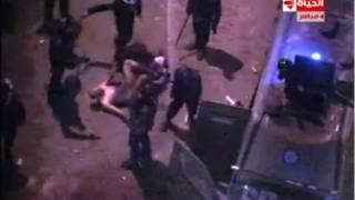 صورة من تسجيل يصور ما يبدو ان رجال شرطة يسحبون رجلا مجردا من ثيابه