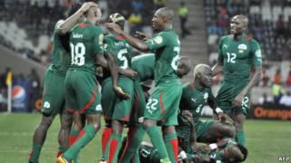 فرحة لاعبي بوركينا فاسو بهدف الفوز